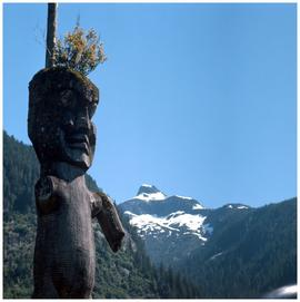Gwayasdums (Gilford Island): mountain with totem pole in foreground