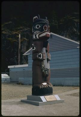 Bear totem carved by Henry Hunt, Kelsey Bay, B.C.