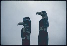 Eagle + grizzly pole of Yan (L.), Flower pole of Yan (R.)